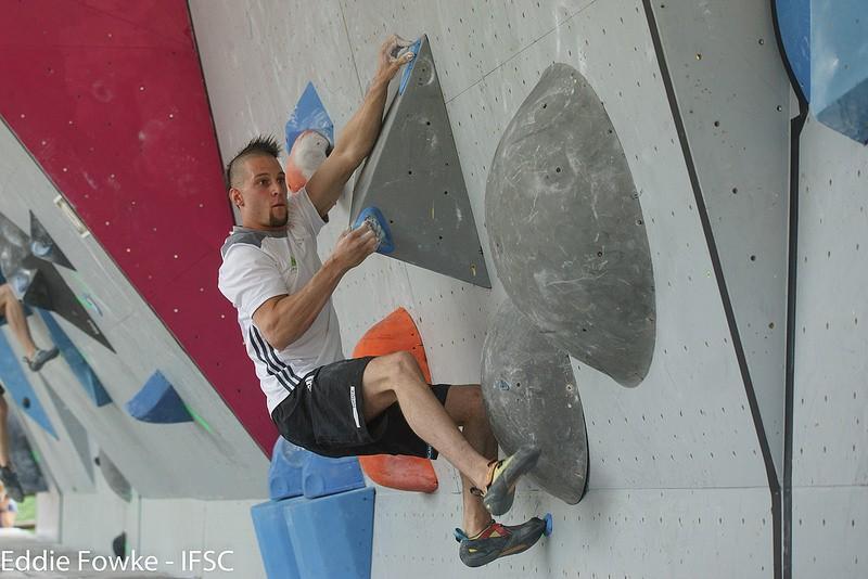 Jernej Kruder v enem izmed štirih polfinalnih balvanskih problemov v Vailu.