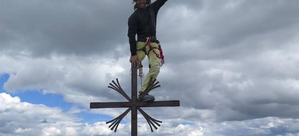 Urko Carmon na vrhu križa na Veliki Cini.